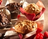 Muffin nature fourré fruits rouges, décor crumble, en coupelle tulipe rose